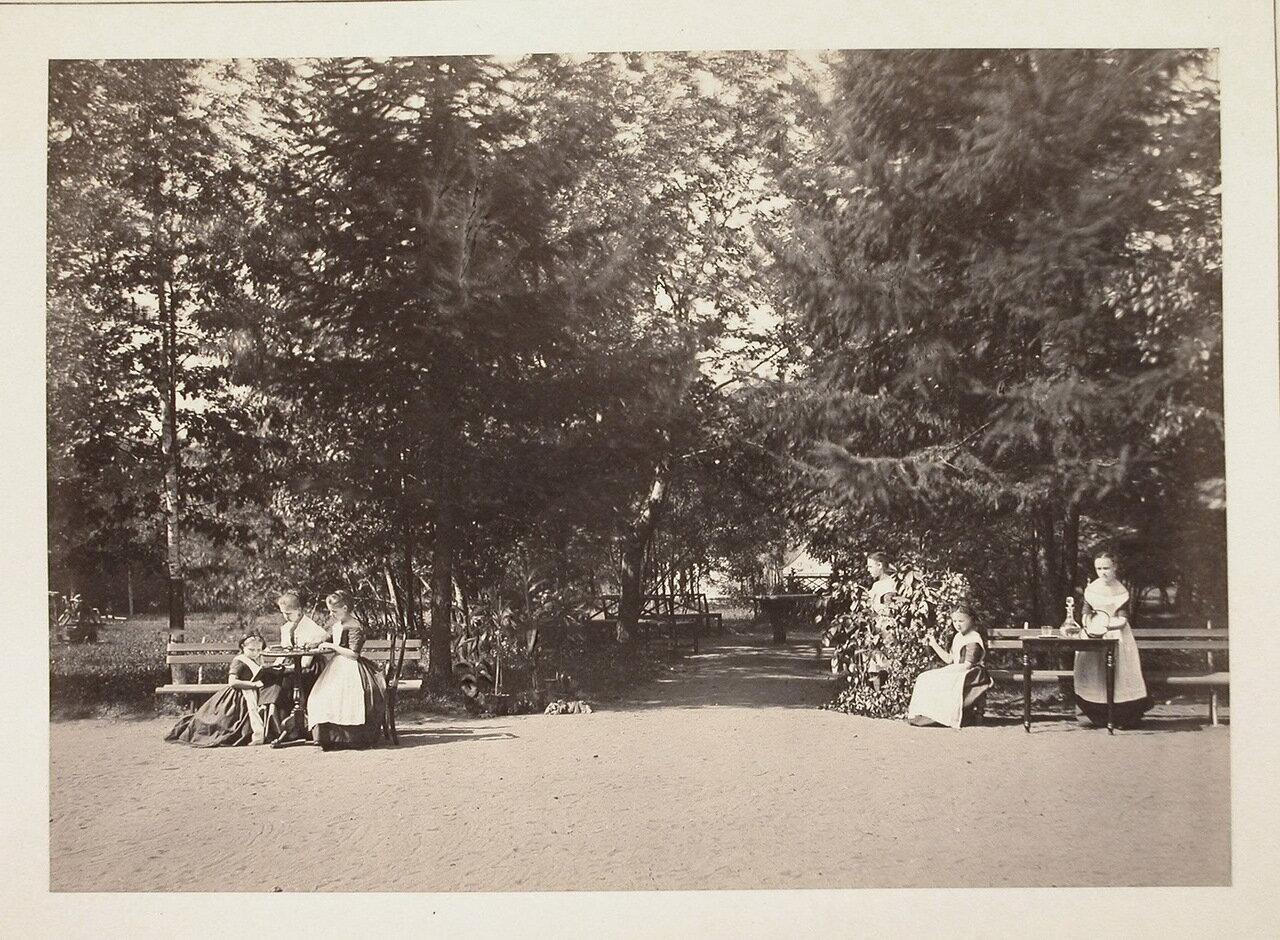 Воспитанницы в саду института во время отдыха