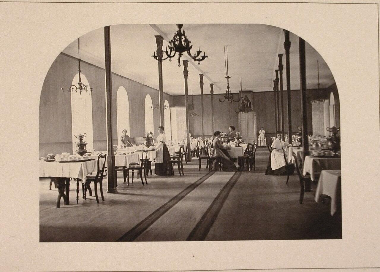 Воспитанницы института во время дежурства в столовой накрывают на столы