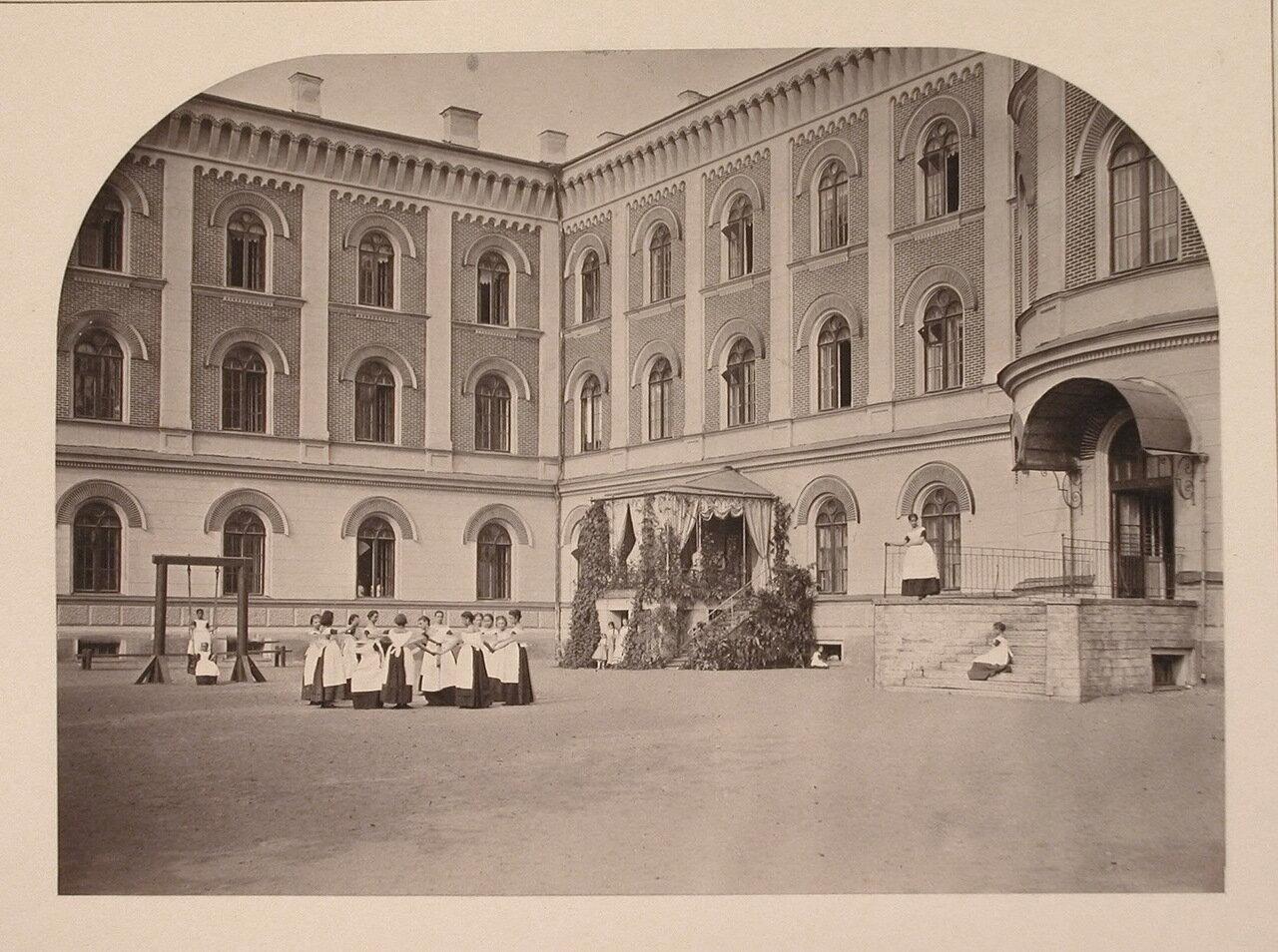 Группа воспитанниц  во дворе института во время игр