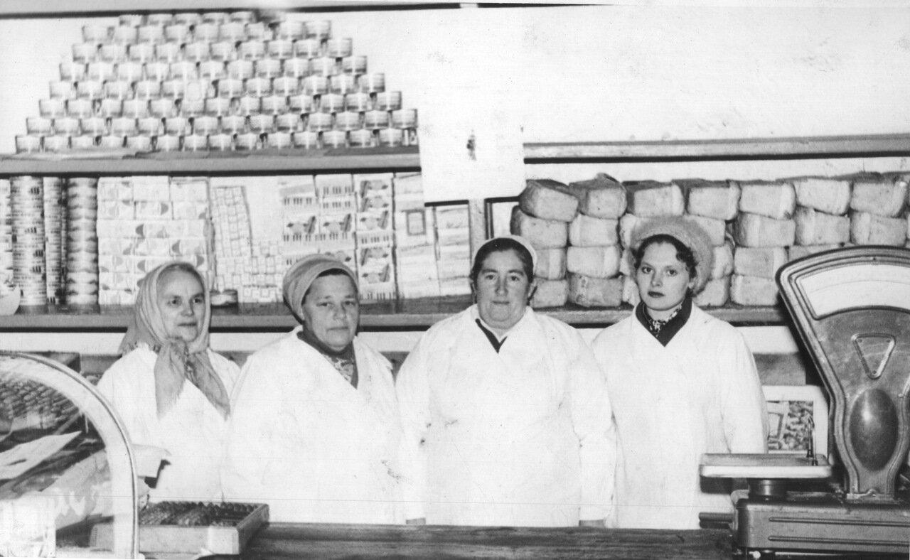1970-е. Сельский продуктовый магазин в селе Ножовка