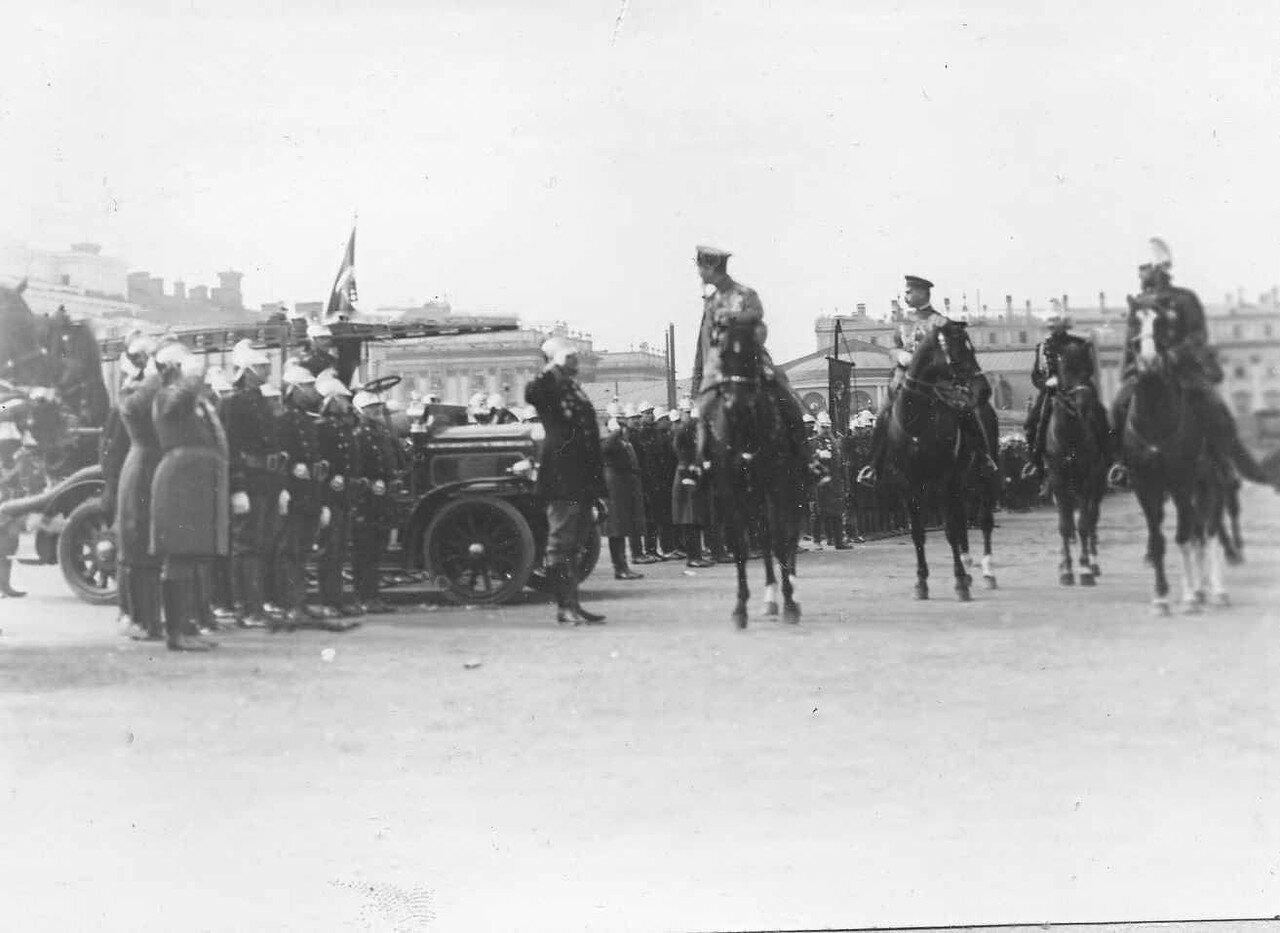 05. Начальник части отдает рапорт принимающему парад офицеру