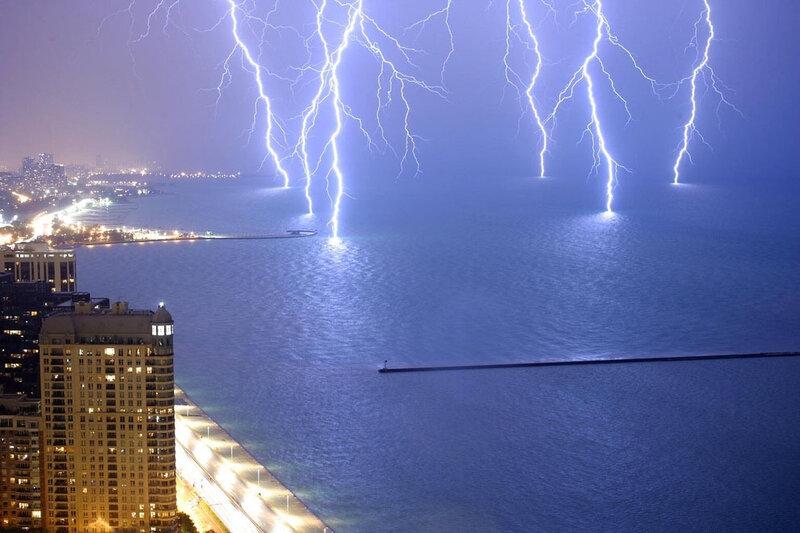 Шесть молний одновременно ударяют в озеро Мичиган.