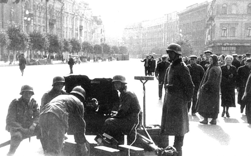 Немецкая 45-мм пушка на улице Крещатик.