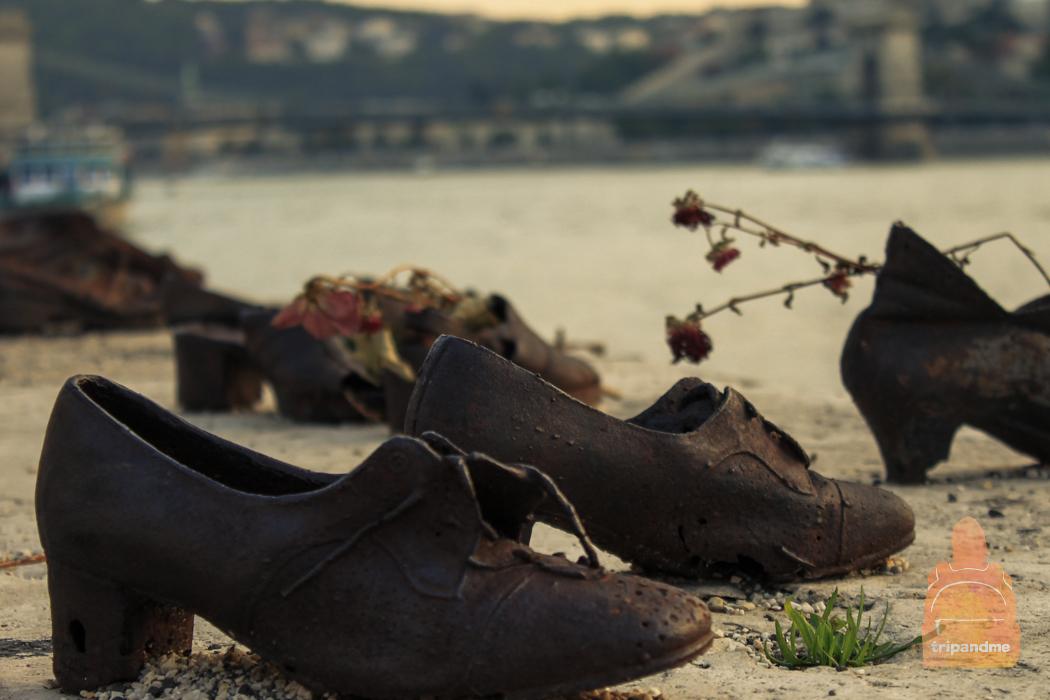 Набережная Дуная и памятник на ней