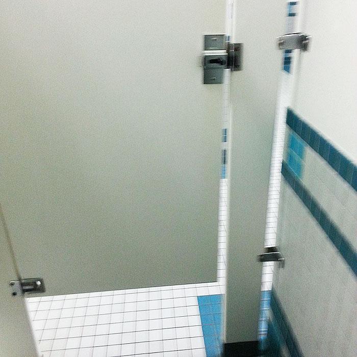 Можно было вообще не вешать дверь в туалете.