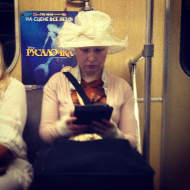 8. Воздушная шляпка придает образу легкость, которой позавидуют даже принцессы из сказок.