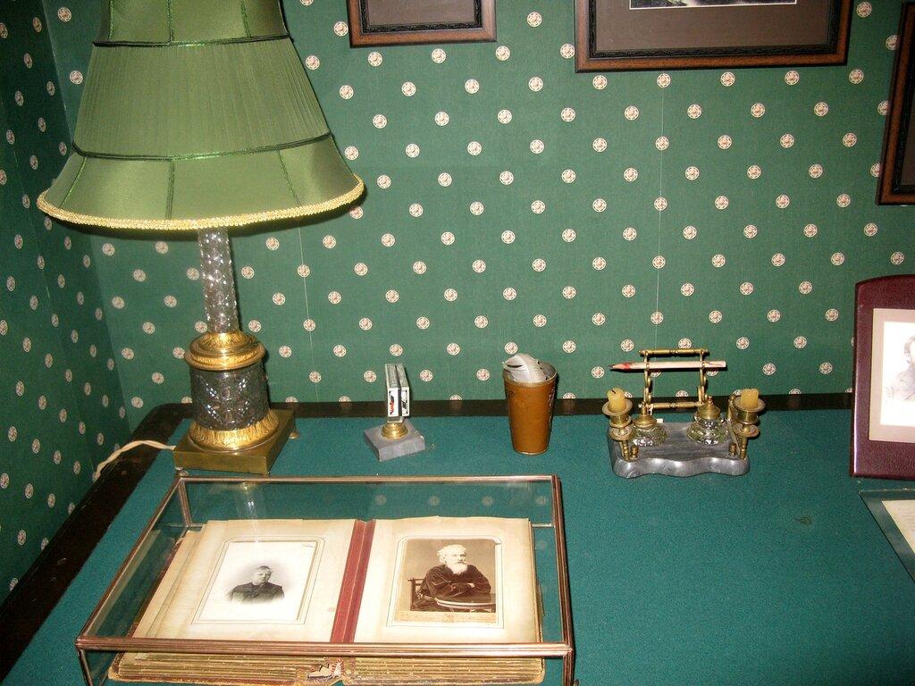 КАБИНЕТ П.ЗАСОДИМСКОГО. Его письменный стол.
