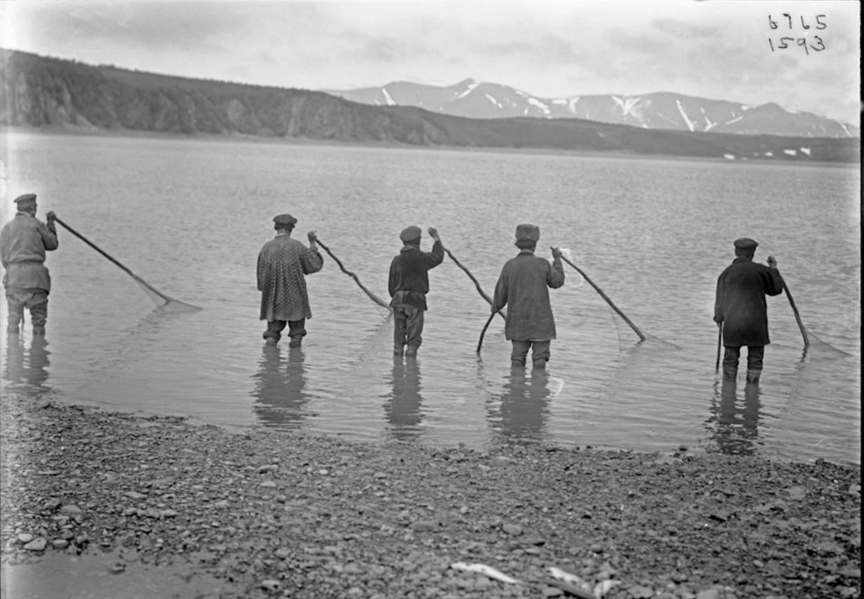 Обрусевшие коряки рыбачат недалеко от села Наяхан. 1901