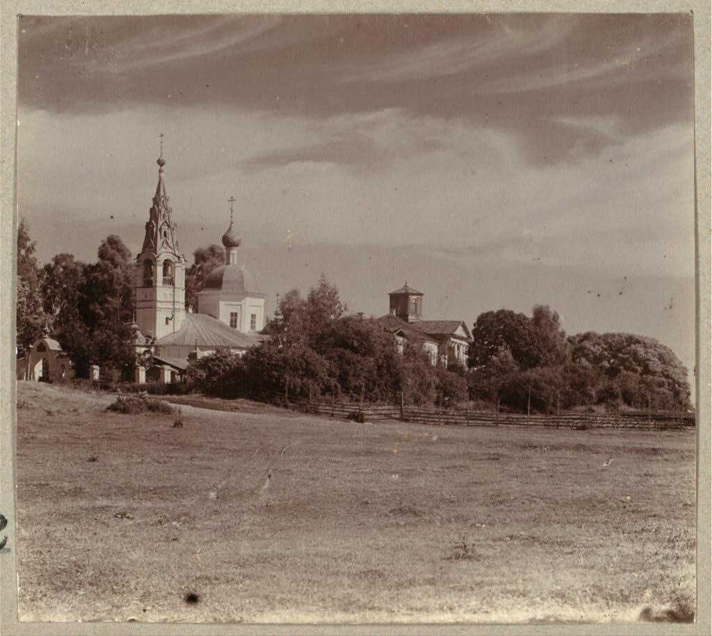 Дом Волковых и Введенская церковь.