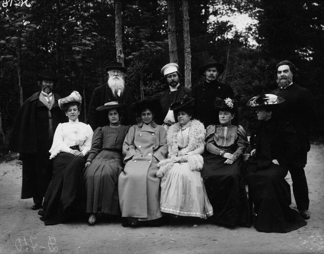 У Репина в Пенатах. Справа - И.Р. Тарханов. 1905 г.