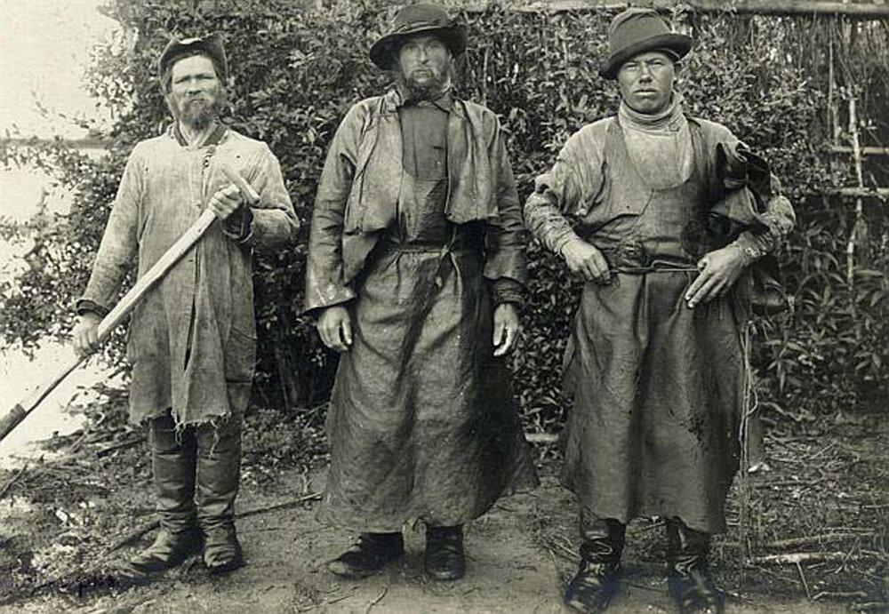 Рыбаки в промысловых костюмах