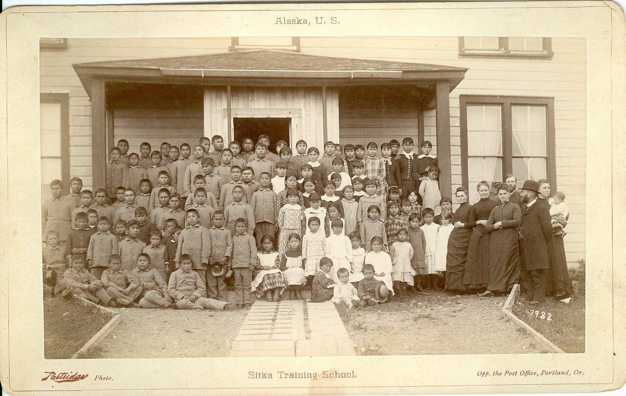 1887. Дети и молодежь тлинкитов в школе Ситки