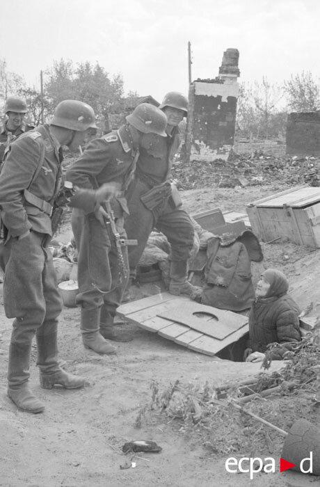 В ходе боев на юге Сталинграда солдаты из немецкой DCA, вооруженные автоматами MP-40 и MP-34, бродят по руинам