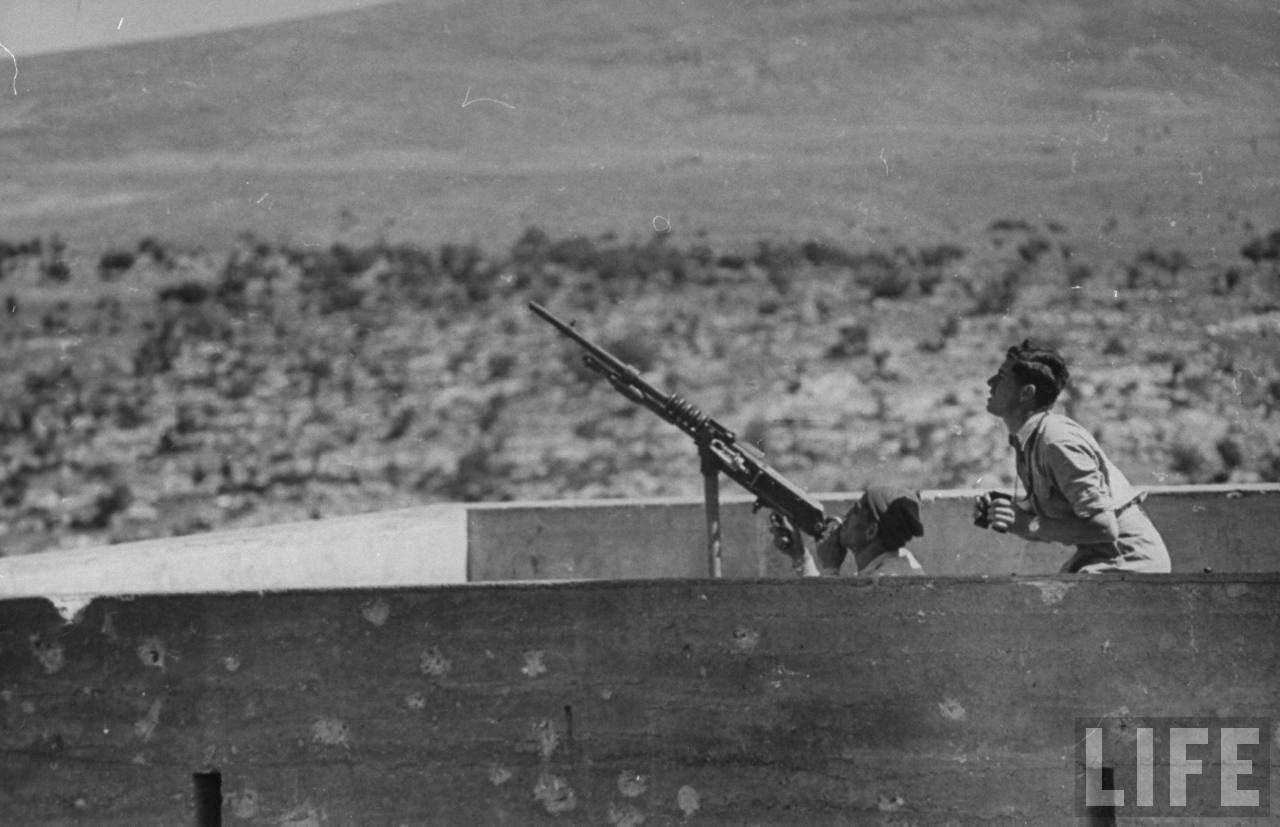 1948. Двое солдат следят за небом