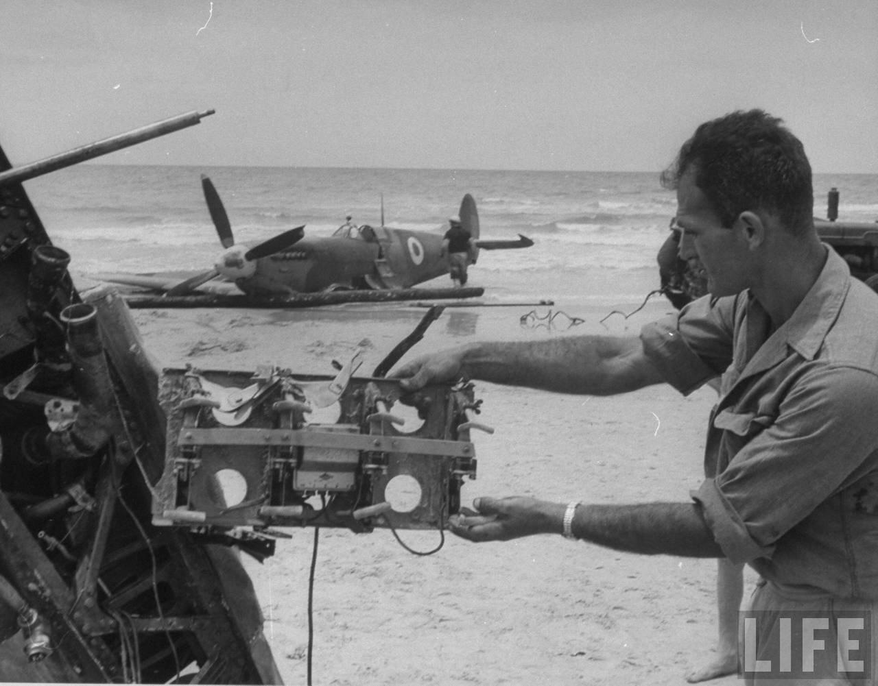 1948. Солдат рассматривает сбитый египетский «Спитфайер» на пляже Тель-Авива