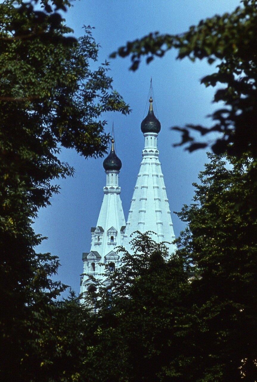 16.  Стройные  шпили  храма