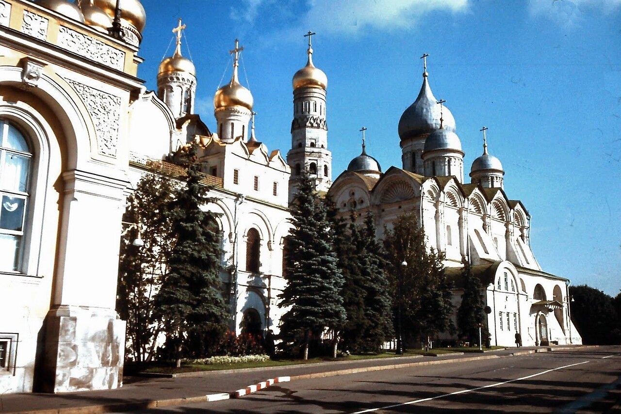MOSCOU - La cathédrale de l'Archange-Saint-Michel (à droite), a été édifiée entre 1505 et 1508. Elle occupe l'emplacement de plusieurs sanctuaires successifs, en bois et en pierre, tous voués au protecteur de la dynastie, l'archange Saint-Michel. Les vict