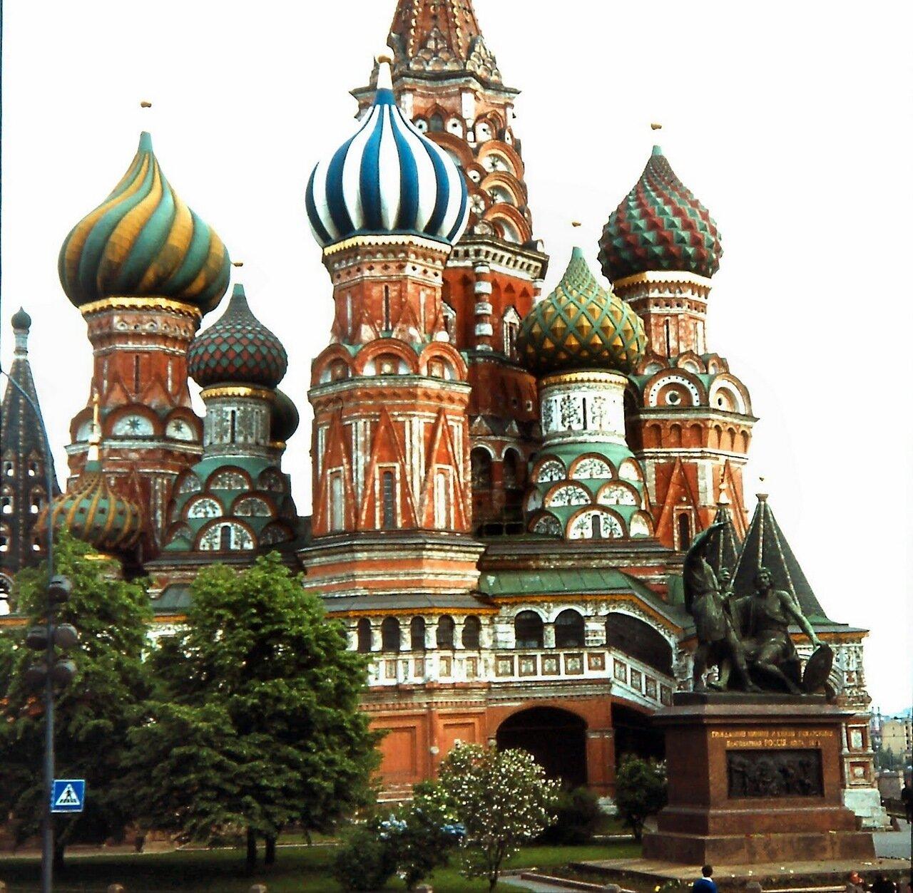 MOSCOU - C'est pour célébrer la prise de Kazan par les troupes russes, en 1552, que le tsar Ivan IV ordonna, en 1555, la construction de l'église de l'Intercession-de-la-Vierge-sur-le-Fossé, plus connue sous le nom de Basile le Bienheureux.