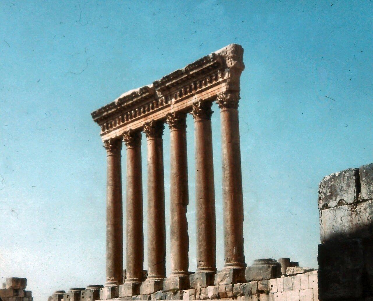 Le temple de Jupiter dont il reste six colonnes de granite,