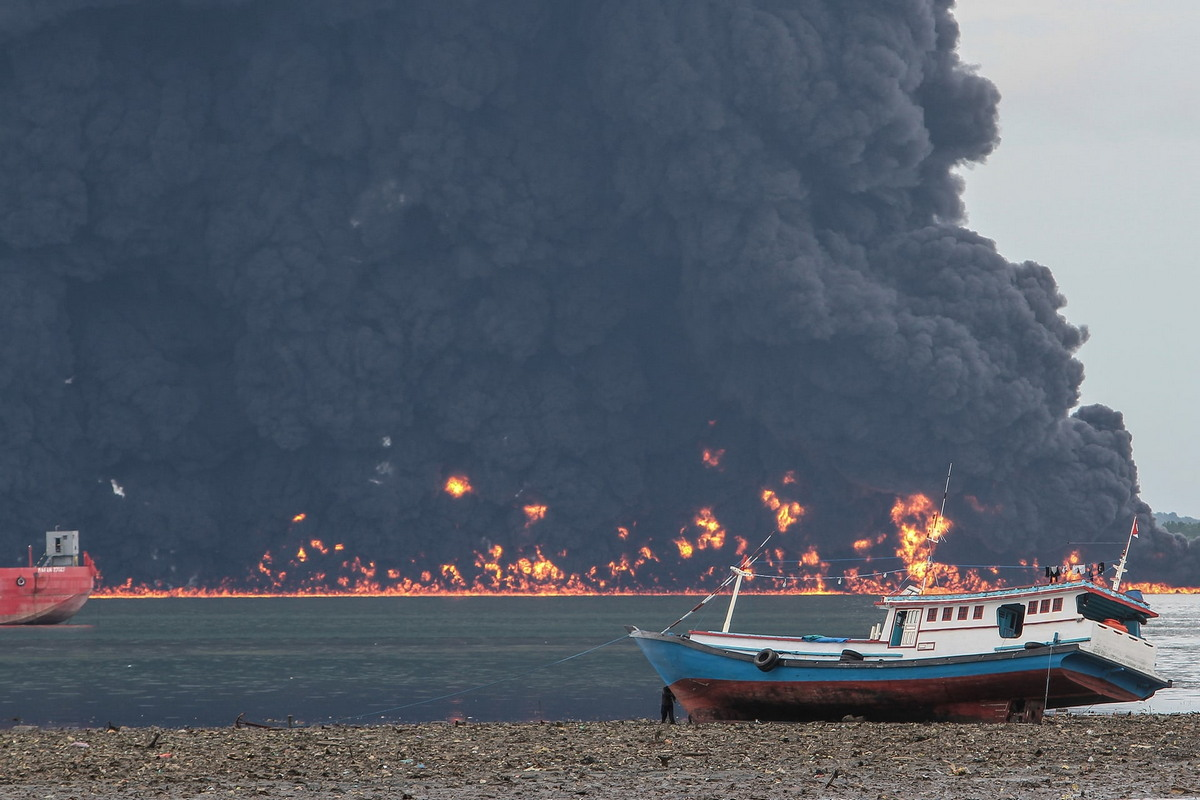 Смертоносный разлив нефти возле острова Борнео