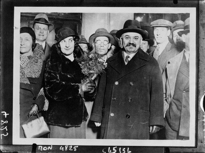 L'Ambassadeur Ivan Maisky et son épouse arrivant à Londres, 1932.jpg