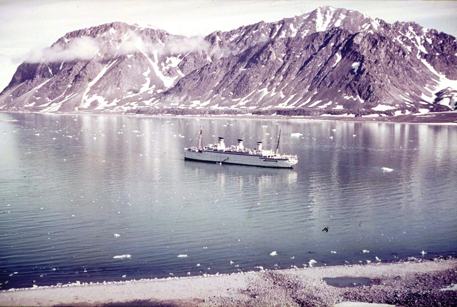 Круизный корабль «Reliance»  Во фьорде
