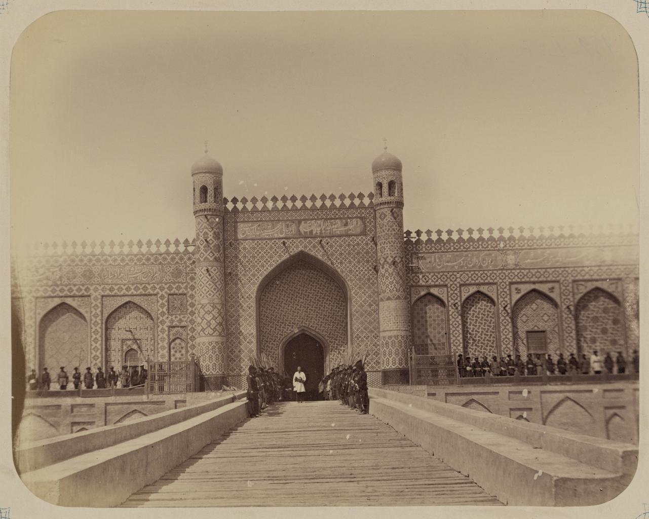 Дворец Сеид-Худояр-хана. Солдаты армии кокандского хана стоят перед входом, в центре стоит русский офицер