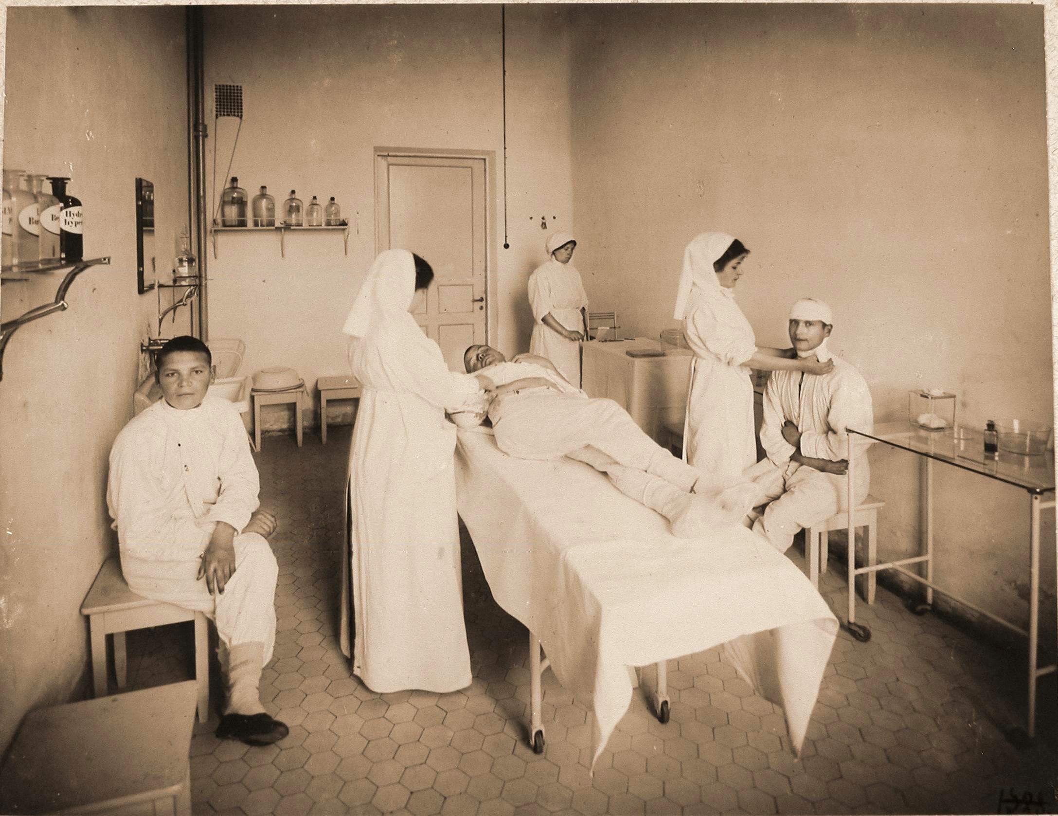 Сёстры милосердия делают перевязки раненым в перевязочной