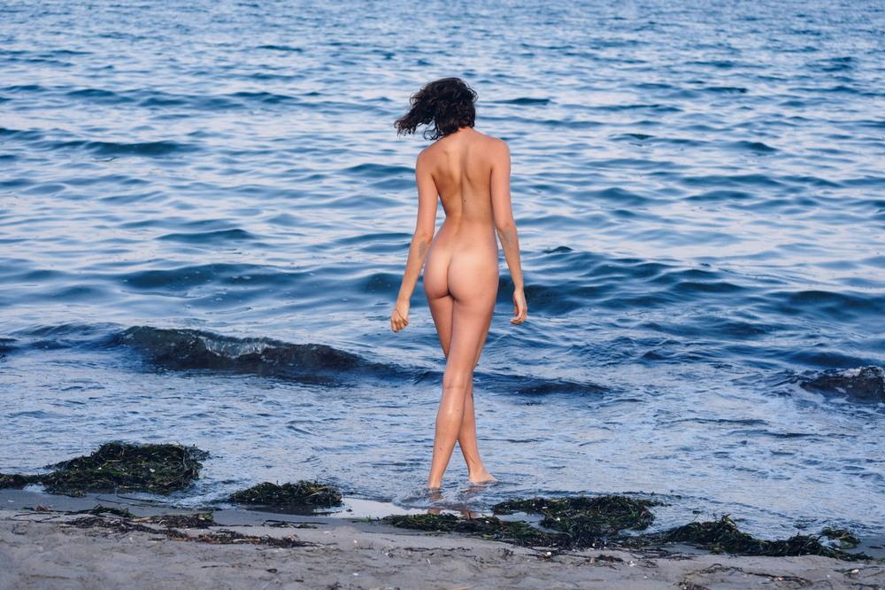 Обнаженная Глория Фрегонес на пляже