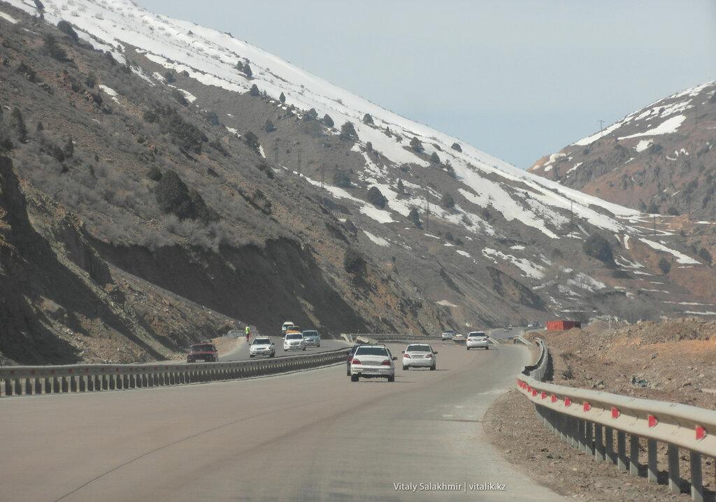 Снежный склон перевала Камчик, Узбекистан