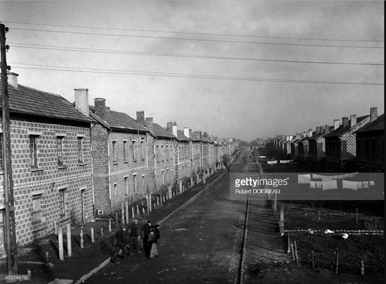 1945. Шахтер, идущий на угольную шахту вдоль шахтерских домов