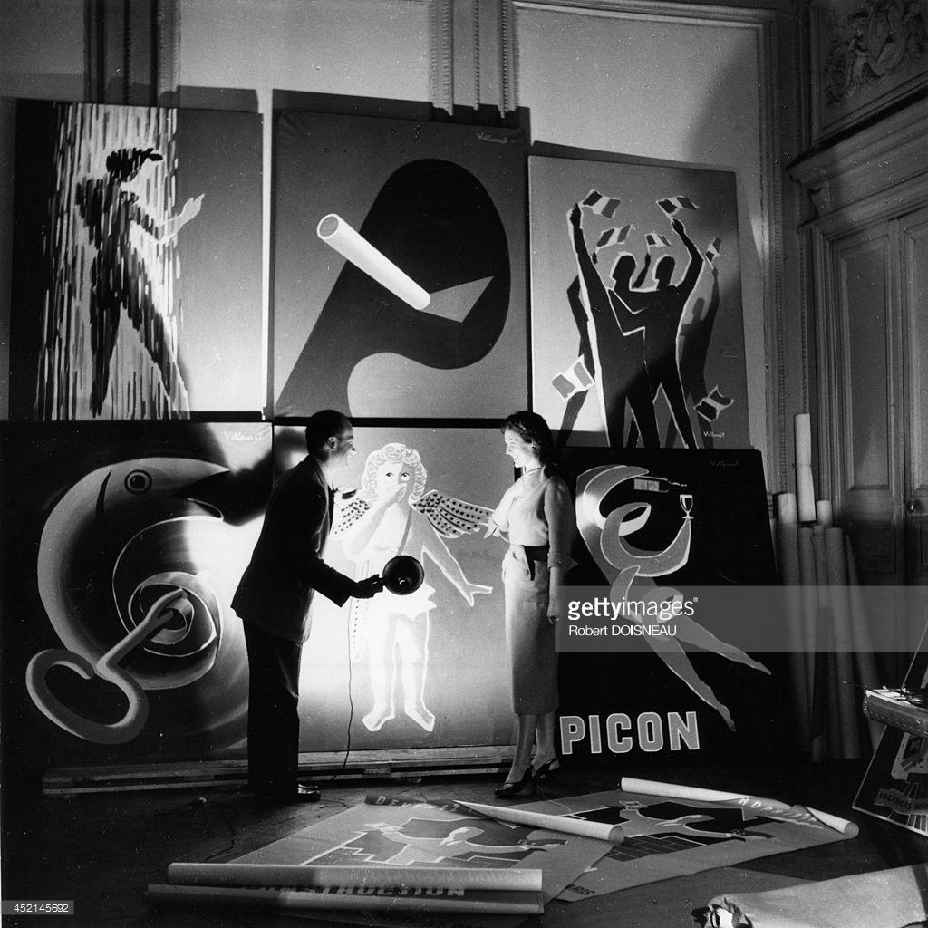 1953. Бернард Виллемот показывает один из плакатов в своей студии в Париже
