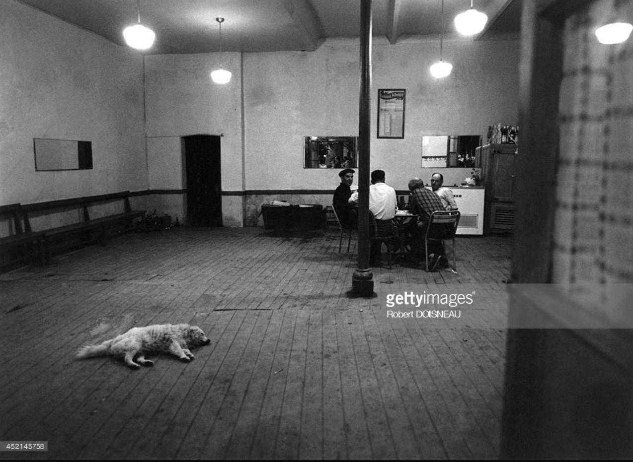 1958. Мужчины играют в баре. Ларок-Дез-Альбер