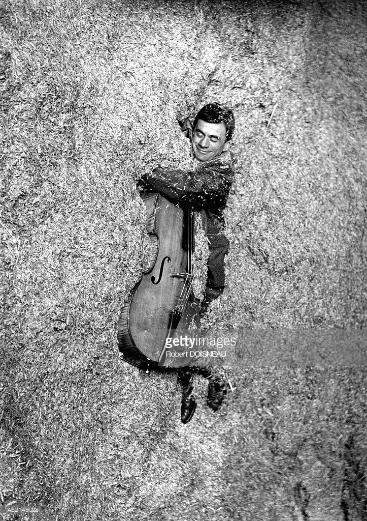 1957. Французский виолончелист Морис Баке в соломе со своей виолончелью