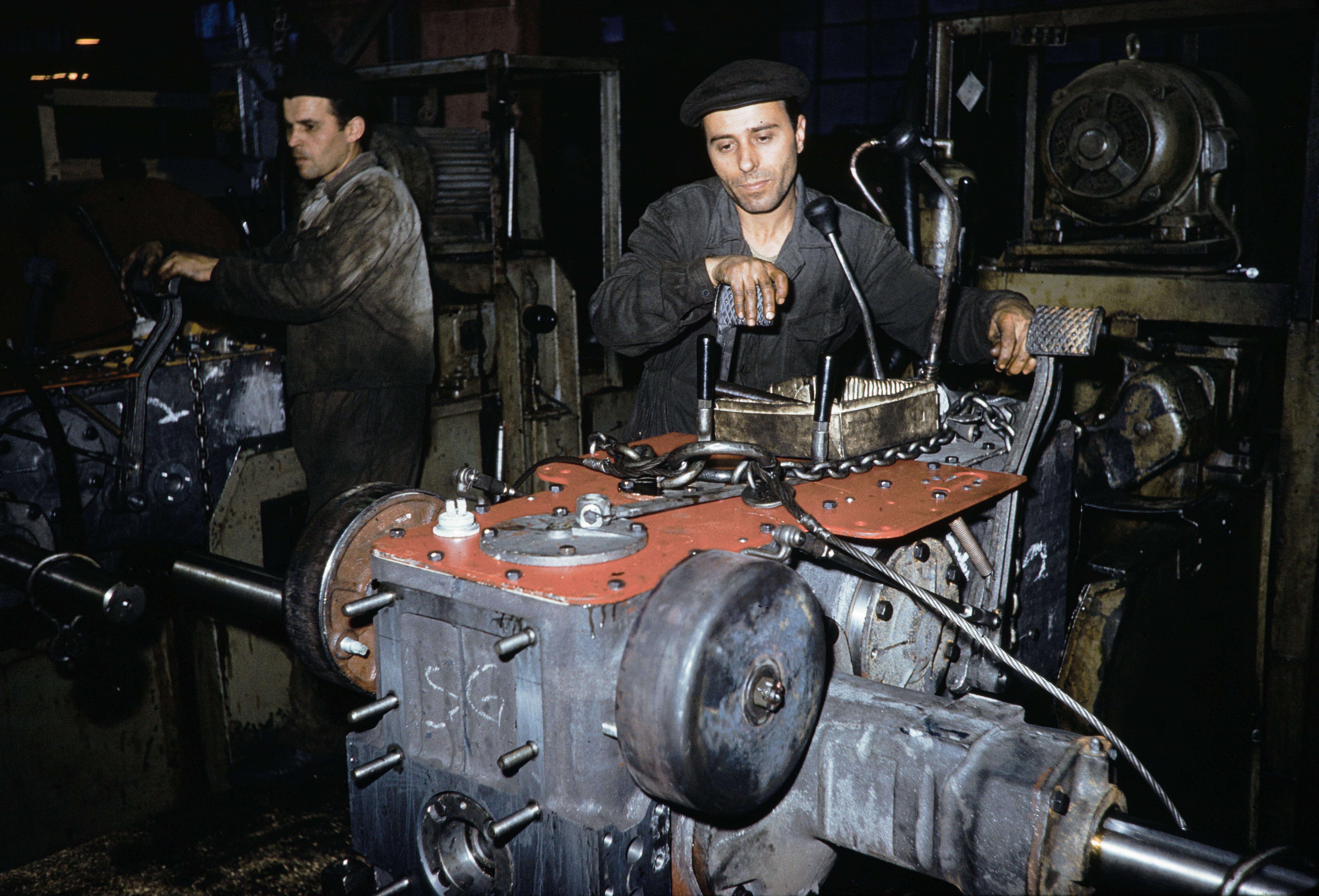 Рабочие тракторного завода