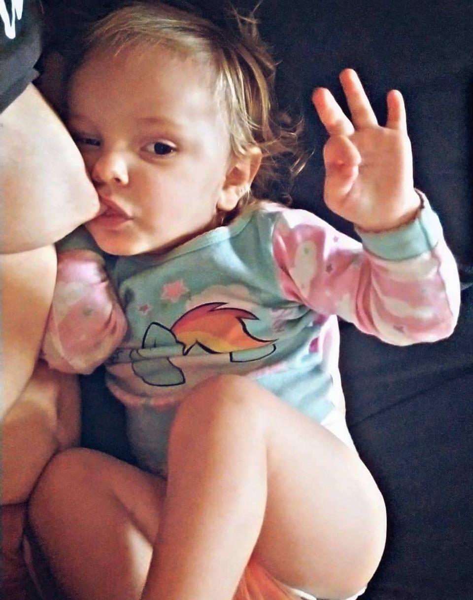 Мама троих детей занимается йогой и одновременно кормит грудью йогой, после, избежать, Карли, образованию, первых, помогли, httpsinstagramcompBfL2SLlh6ph, молока, послеродовой, депрессии, которую, испытывала, родов, способствовало, также, занятия, считает, грудное, вскармливание