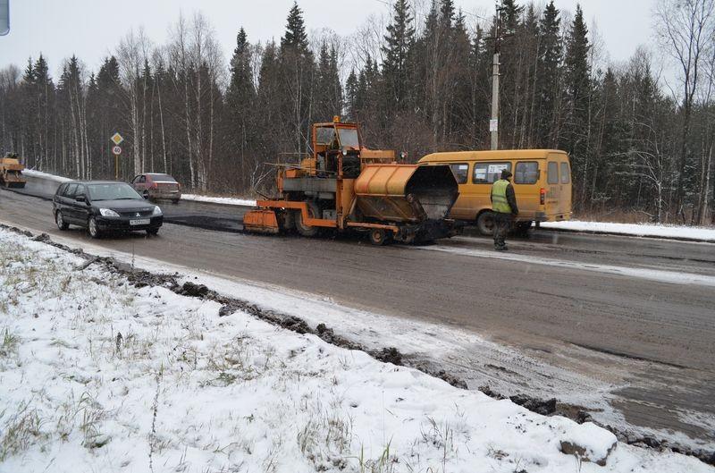 В России начали проводить ремонт дороги спомощью снега