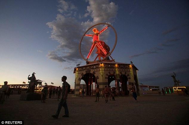 Как проходят развратные секс-вечеринки в «Куполе оргий» на фестивале в Неваде (9 фото) 18+