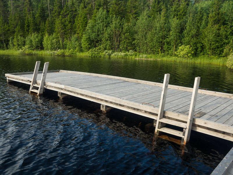 На относительно крупных озёрах, таких как Большое Карзино, сделаны причалы.