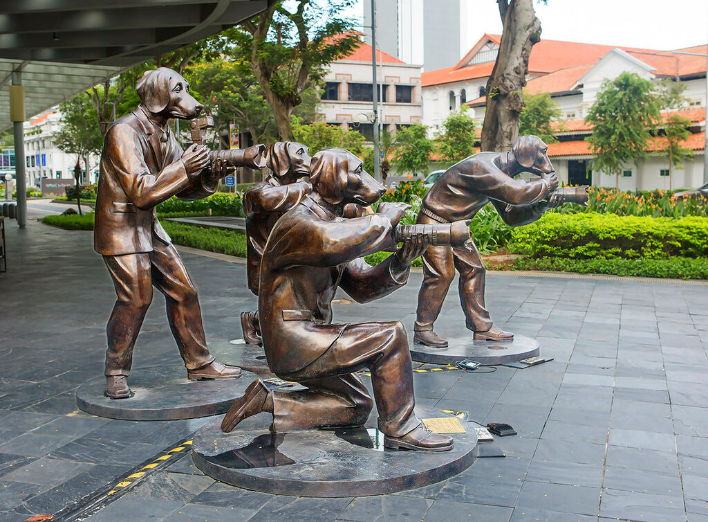 Сингапур. Скульптура собаки - фотографы (папарацци).