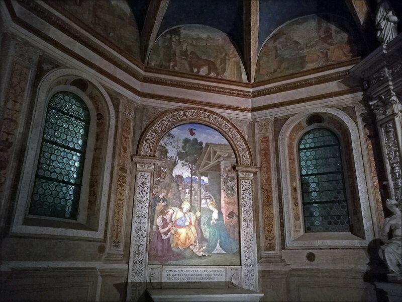Проста и гармонична внутри церквей находятся поражающие своей роскошью алтари средства анаболики
