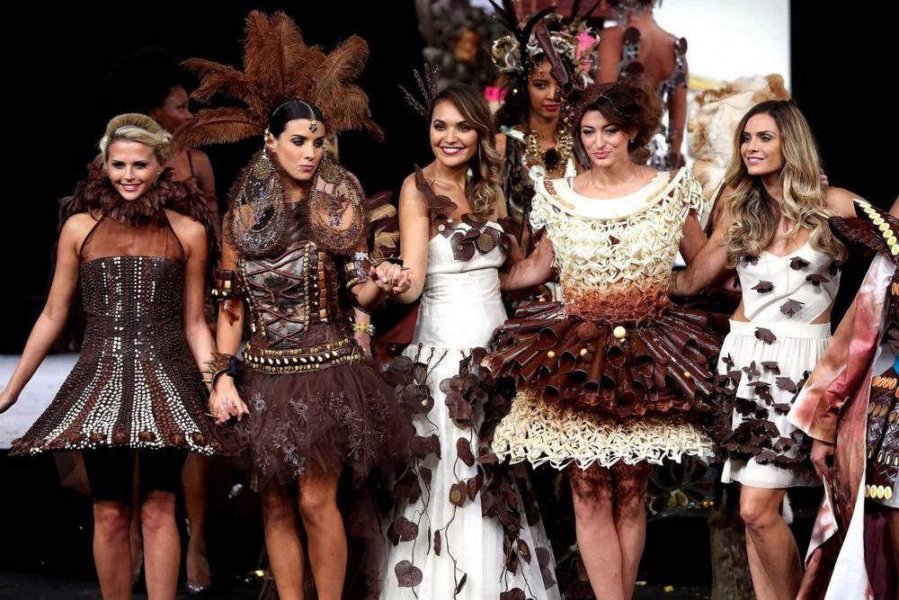 Показ мод на фестивале шоколада