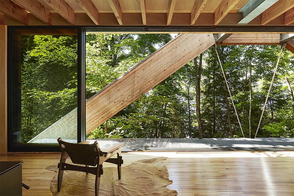 Дом-мост в канадском лесу