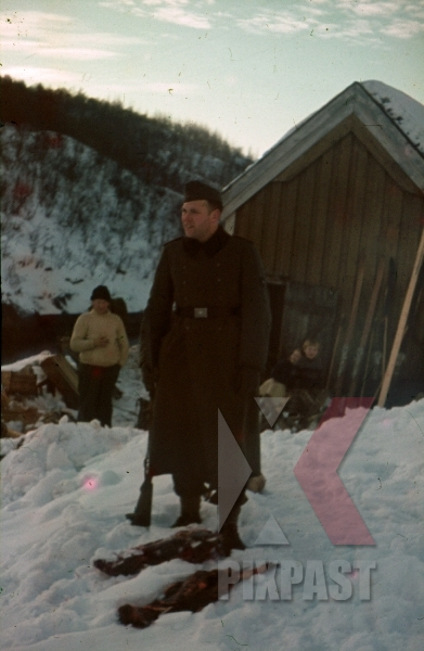 stock-photo-ww2-color-norway-german-infantry-wehrmacht-soldier-with-snow-skies-in-village-winter-1940-7993.jpg