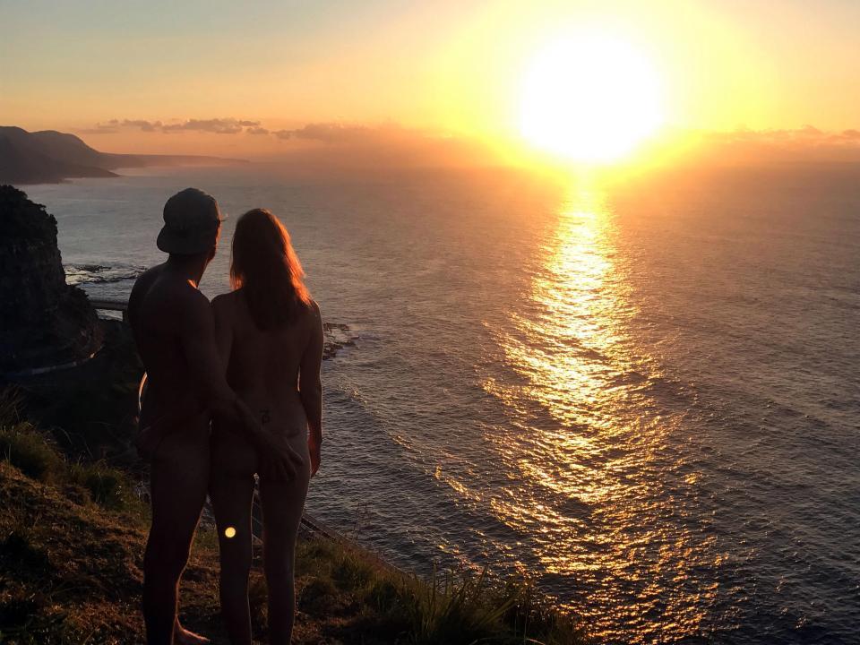 Страничка с голозадыми путешественниками набирает популярность с каждым днем