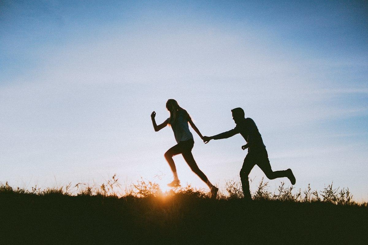 парень девушка бегут
