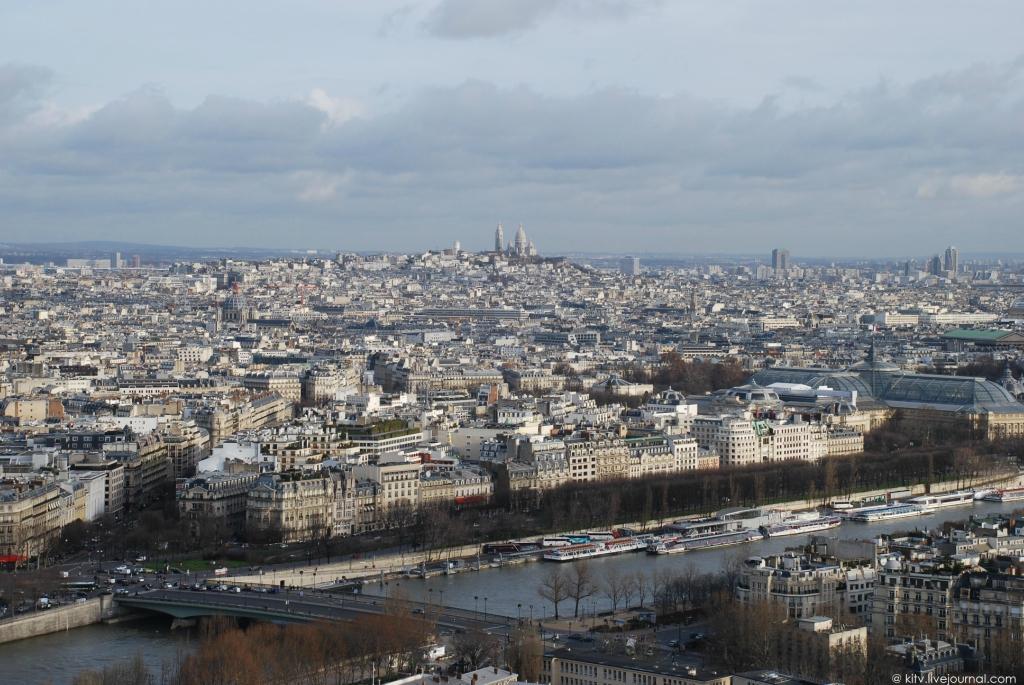 3. Вдалеке, на севере — «Холм мучеников», или Монмартр, — высочайшая точка Парижа (примерно 130 метр