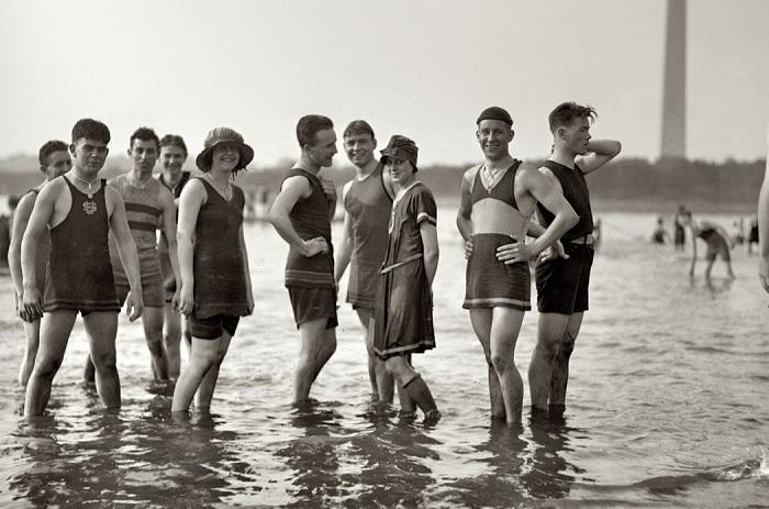В начале 20 века мужчинам также не разрешалось оголять грудь. Начало 20 века стало настоящей революц