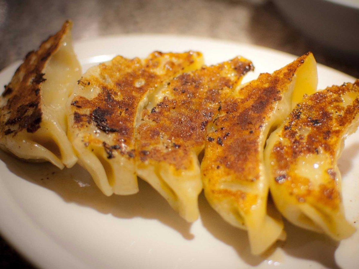 5. Эти жареные на сковороде пельмени, известные как гёдза, представляют собой японскую версию цзяоцз