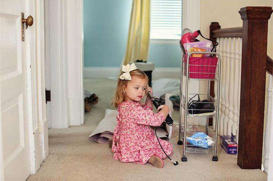 4. Оливия нашла плойку своей мамы и решила немного поиграть с ней.